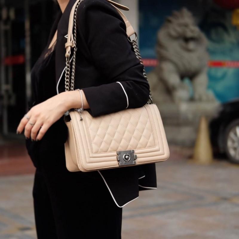 กระเป๋าสะพายแฟชั่น กระเป๋าสะพายข้างผู้หญิง Chanel Boy ลายคลาสสิค [สีนู๊ด ]