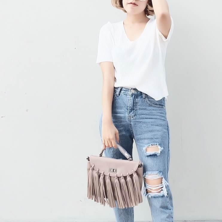 กระเป๋าสะพายแฟชั่น กระเป๋าสะพายข้างผู้หญิง แบบฝาพับ แต่งภู่ใหญ่ [สีนู๊ด ]