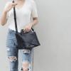 กระเป๋าสะพายแฟชั่น กระเป๋าสะพายข้างผู้หญิง กระเป๋าดีไซด์เก๋ เอนกประสง ถือก็ได้สะพายก็เท่ หนังPU [สีดำ ]