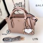 กระเป๋าถือผู้หญิง กระเป๋าสะพายผู้หญิง งานชนช็อปวัสดุหนังพียูคุณภาพพรีเมี่ยม Lyn Artesia งานTop Mirror [สีเบจ ]