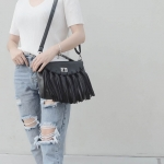 กระเป๋าสะพายแฟชั่น กระเป๋าสะพายข้างผู้หญิง แบบฝาพับ แต่งภู่ใหญ่ [สีดำ ]