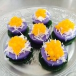 ขนมดอกอัญชัน (ฺButterfly pea with coconut and sweet egg drop topping)
