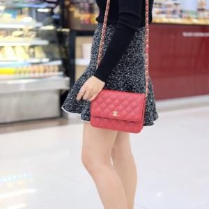 กระเป๋าสะพายแฟชั่น กระเปาสะพายข้างผู้หญิง Chanel WOC สายพันด้วยโซ่สีทอง [สีแดง ]