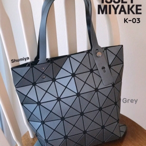 กระเป๋าทรงช็อปปิ้ง กระเป๋าสะพายข้างผู้หญิง ดีไซน์เป็นเอกลักษณ์ Issey Miyake Bao Bao [สีเทา ]