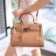 พร้อมส่ง กระเป๋าสะพายข้างผู้หญิง Kelly 25 CM Crocodile [สีกากี] thumbnail 2